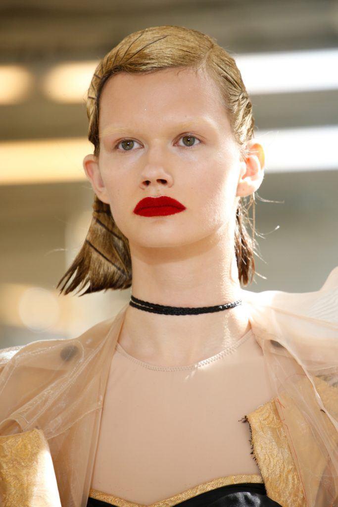 Mujer con pelo dorado