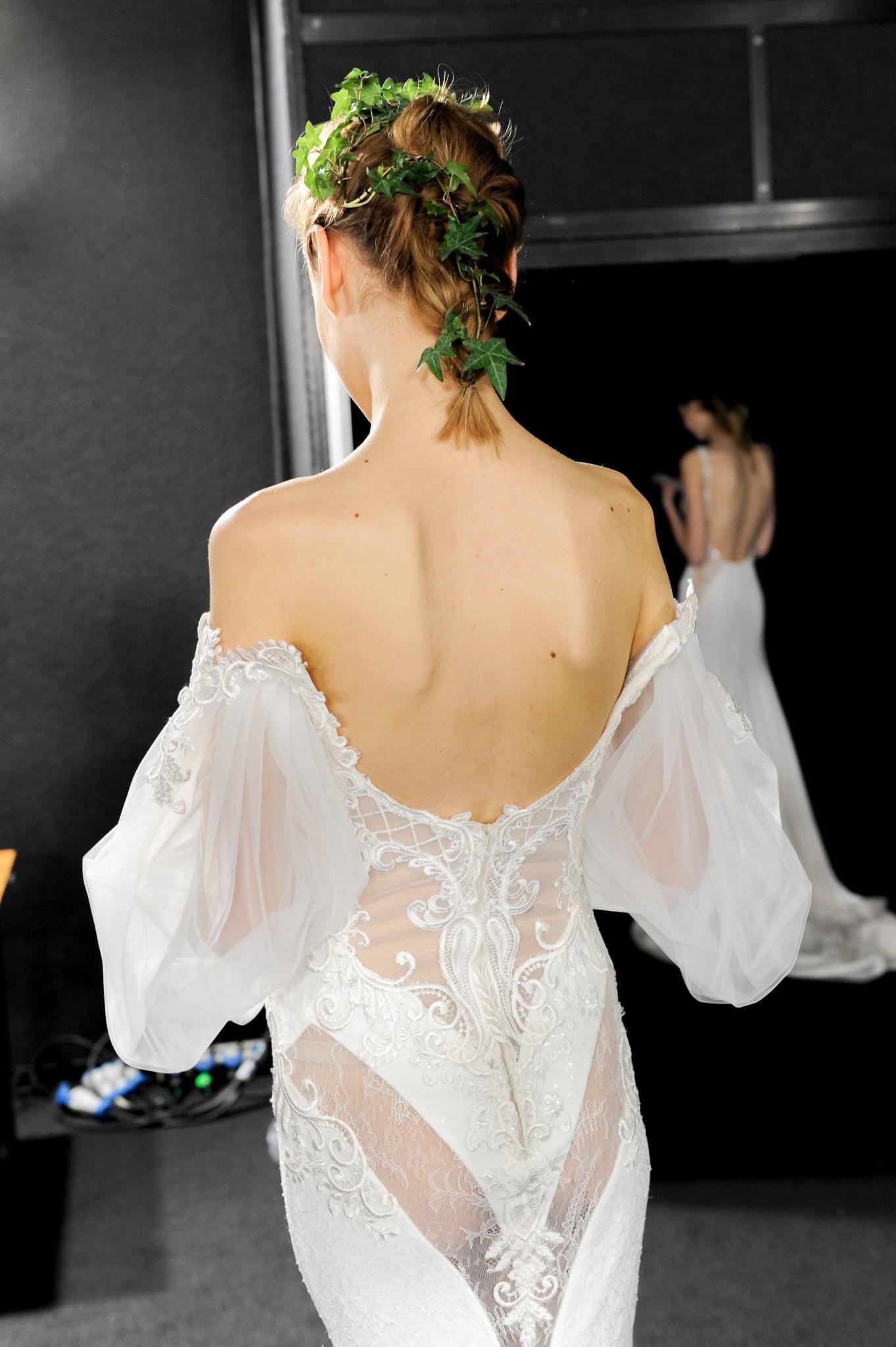 Vista de atrás de mujer castaña peinada con un recogido en el que se utilizaron hojas verdes