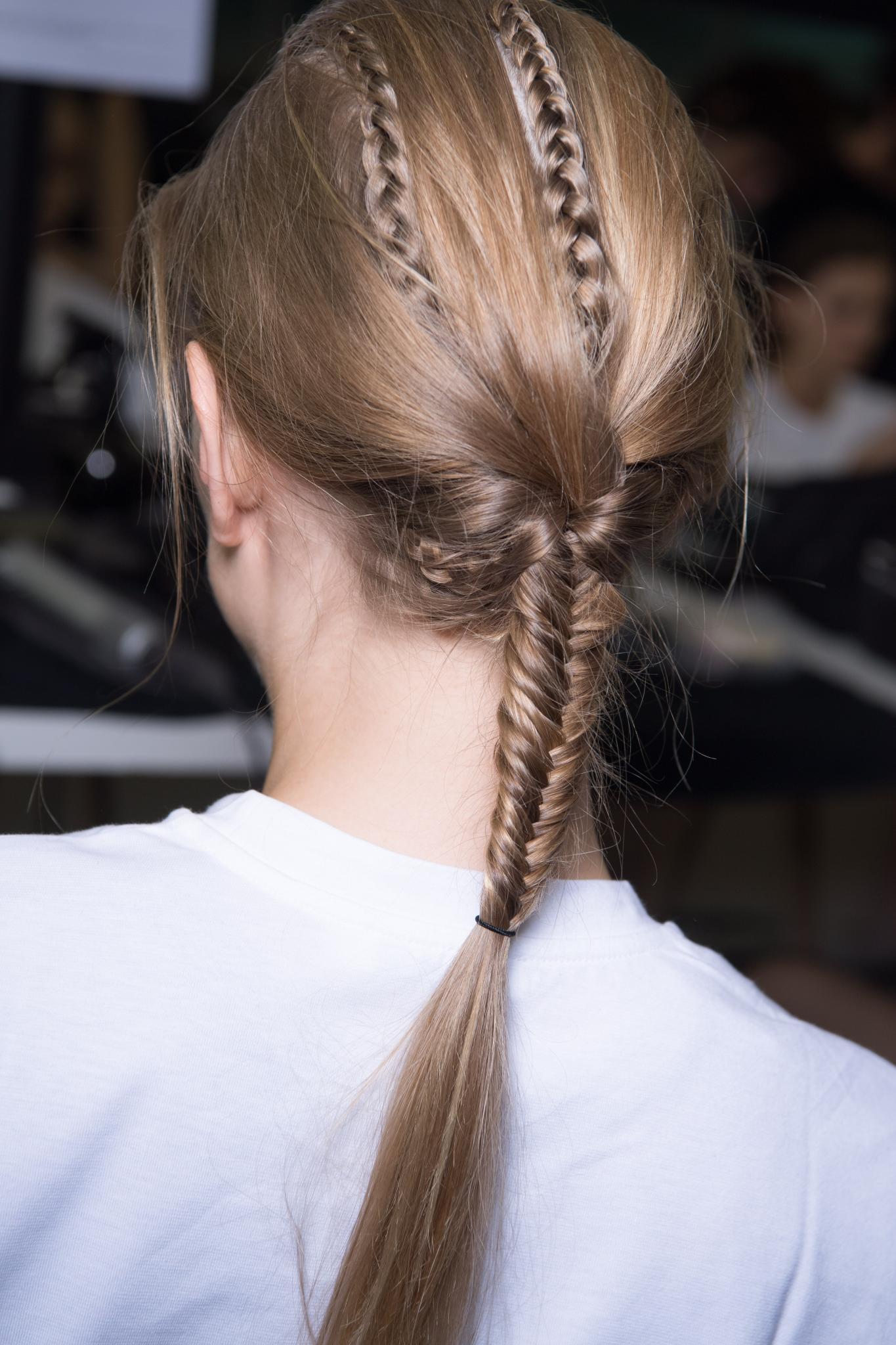 Melena rubia ceniza vista desde atrás, cabello recogido en una trenza espiga y detalles de trenza francesa