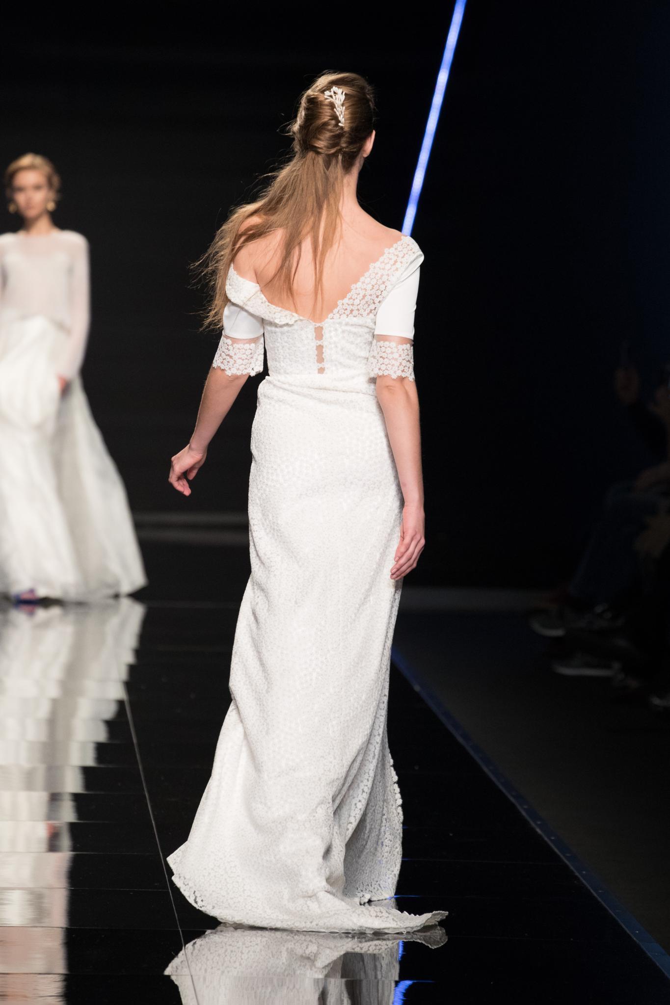 Vista de atrás de cabellera castaña clara, peinado semi recogido con aplique blanco (parece una novia)