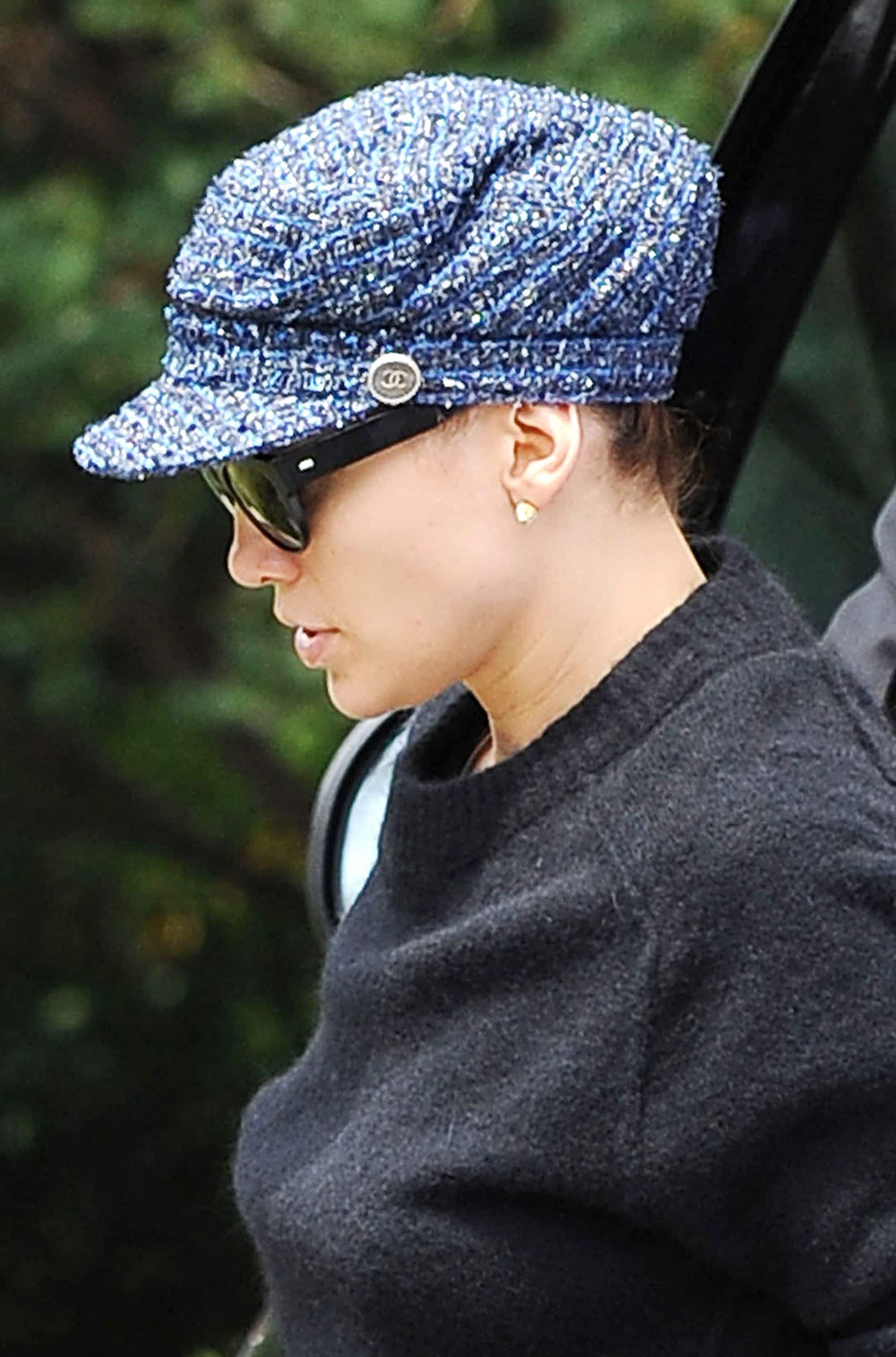 Jennifer López con gorra con visera channel