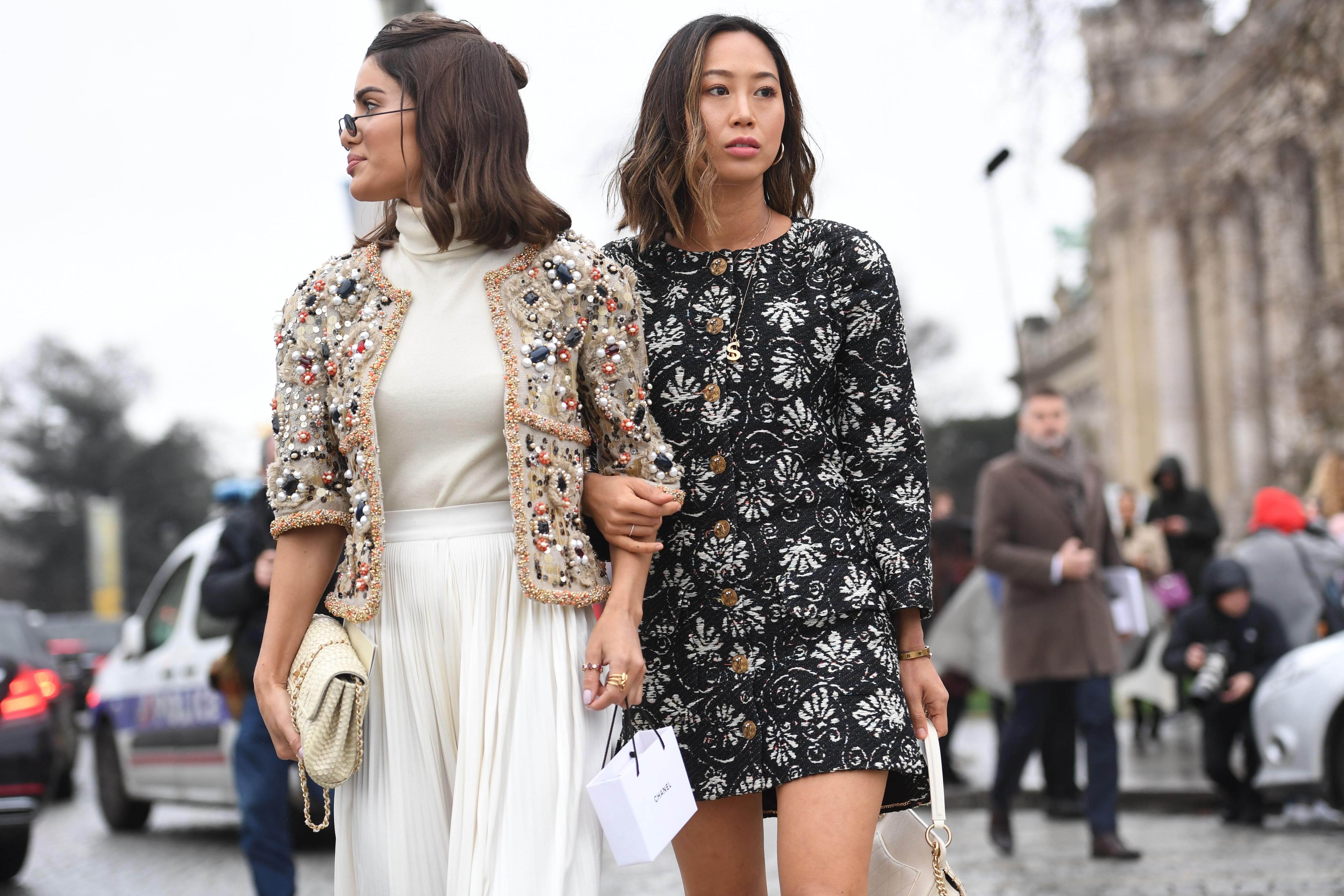Dos mujeres castañas con corte Bob, ambas de melena lacia, con movimiento natural, raya al medio
