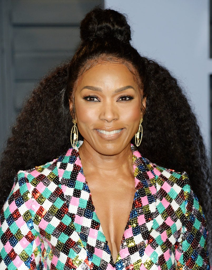 Mujer afroamericana con cabello semi recogido y rodete en la base de la cabeza