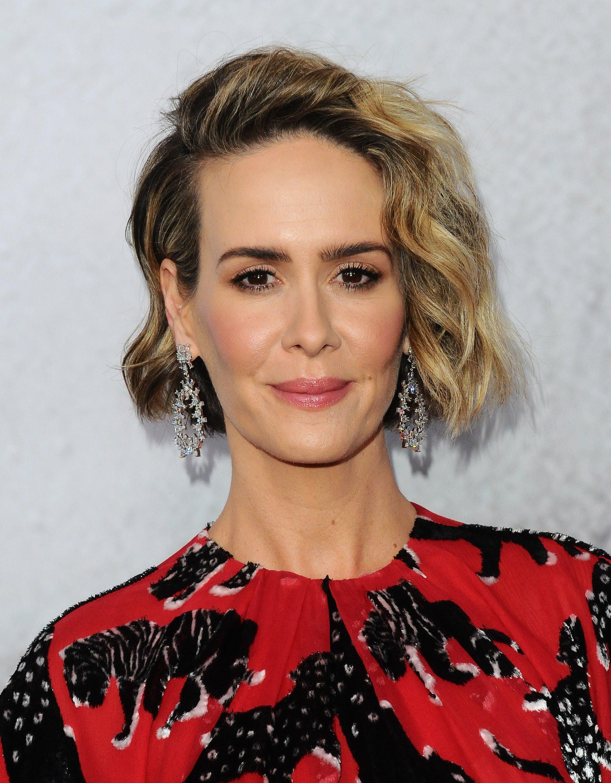 mujer con pelo corto ondulado