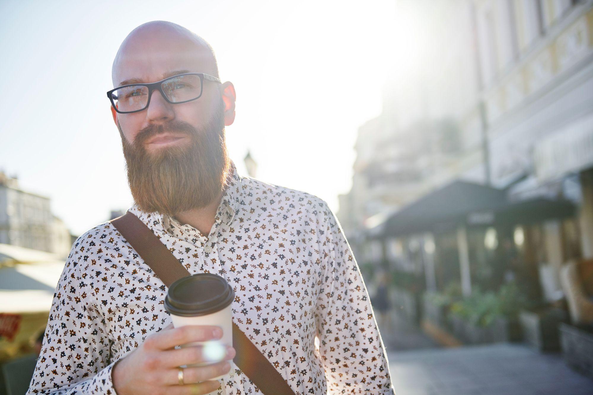 Hombre calvo con barba y bigote castaños bien tupidos