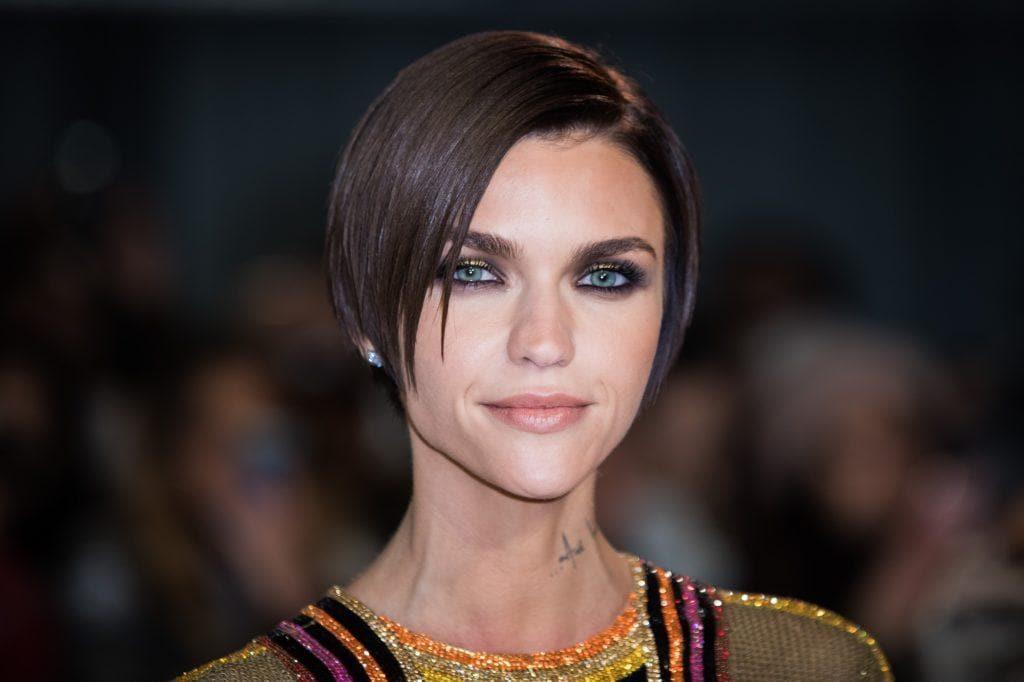 mujer de cabello ultra lacio, castaño oscuro, a la altura de las orejas, peinado con raya al costado