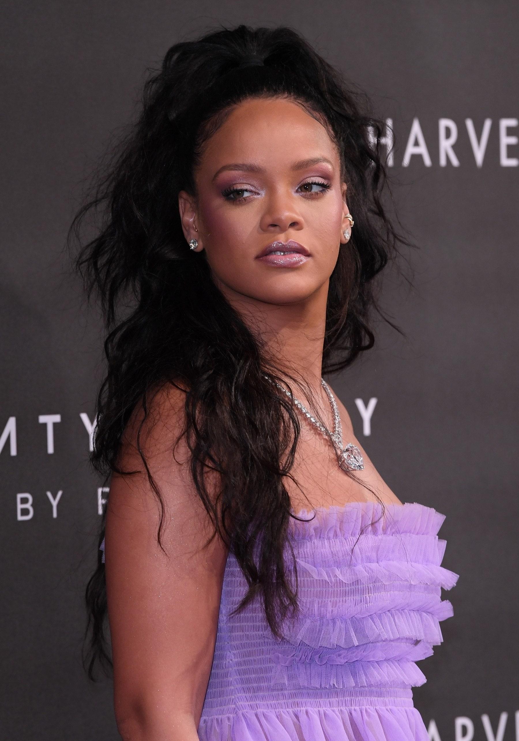 Rihanna con media cola con rizos