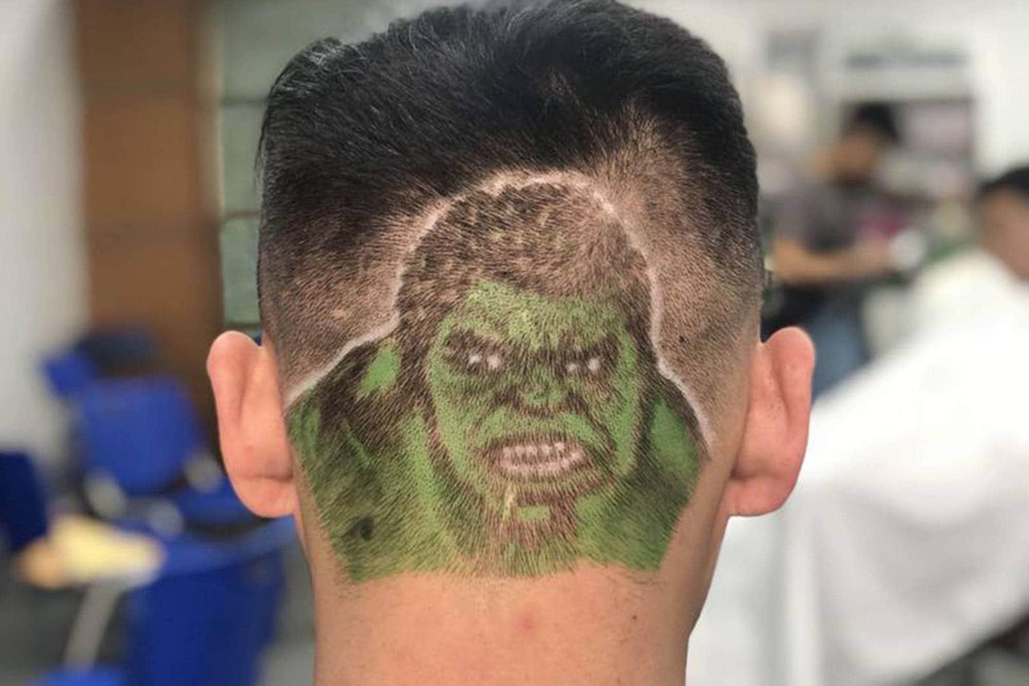 hombre con pelo rapado con dibujo del Increíble Hulk