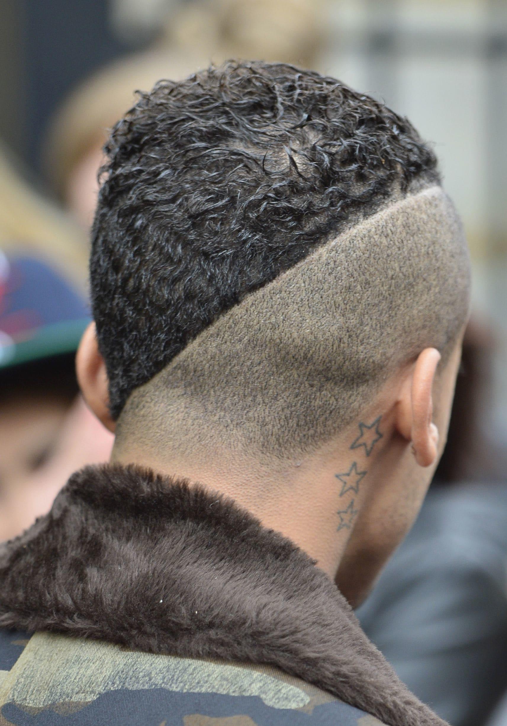 hombre con pelo corto rapadoy línea