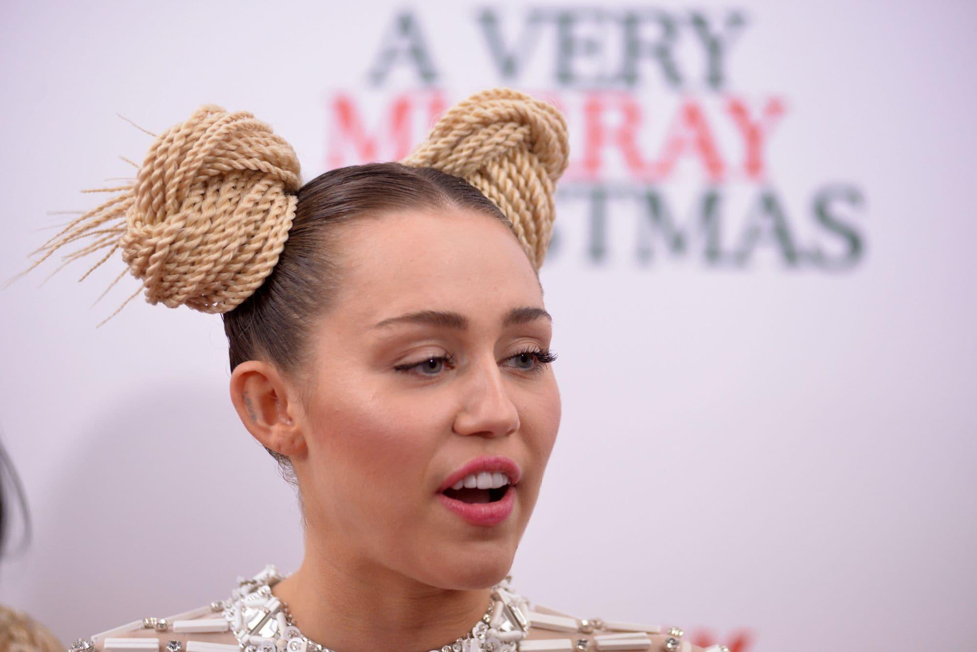 Miley Cyrus con spce buns