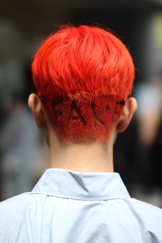 hombre de pelo rojo con rapado y letras
