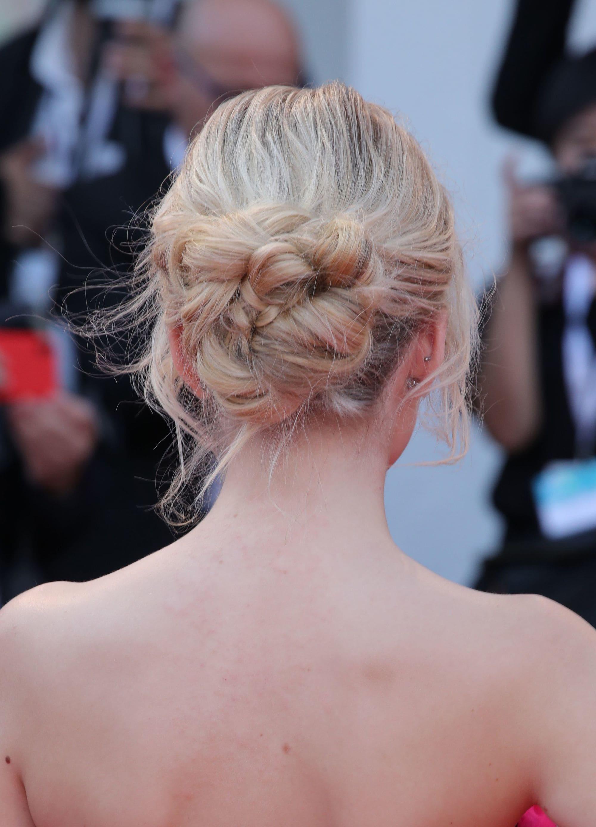 Vista de atrás de mujer rubia peinada con rodete