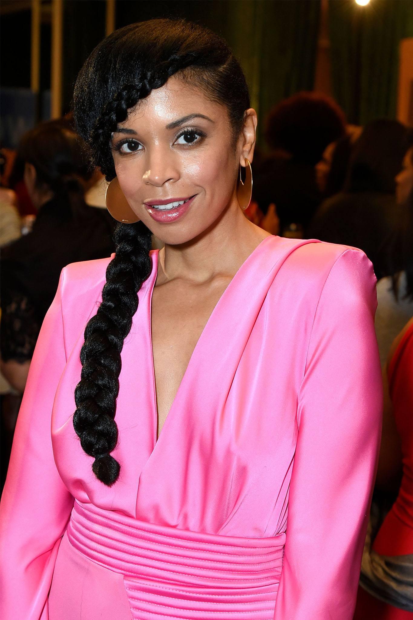 mujer con pelo afro y trenza de lado