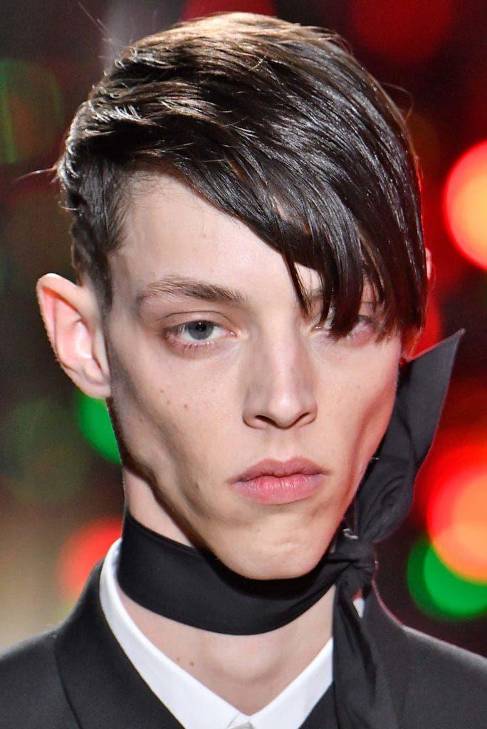 Hombre de melena castaña oscura,corta y peinada a un costado