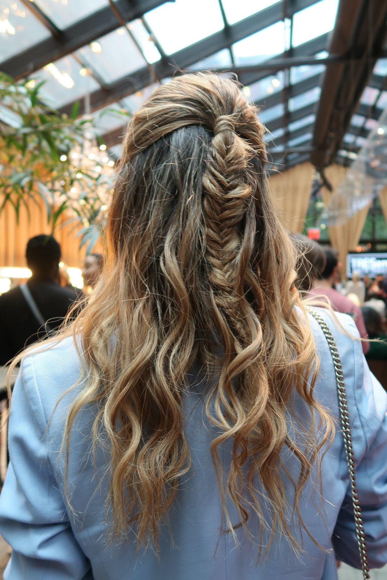 Vista de atrás de cabello castaño por los omoplatos, lleva ondas y una trenza cosida en el medio