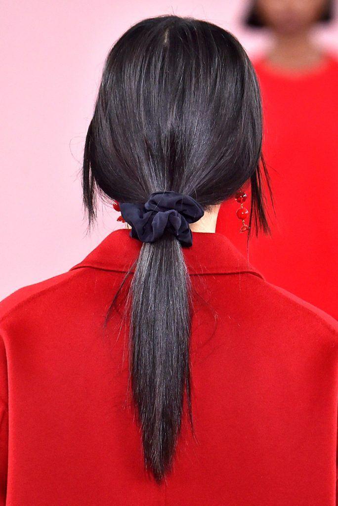 peinado recogido con cola baja con scrunchie pelo liso