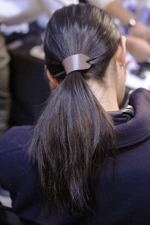 Vista de atrás de mujer morocha con cabello lacio atado en una coleta
