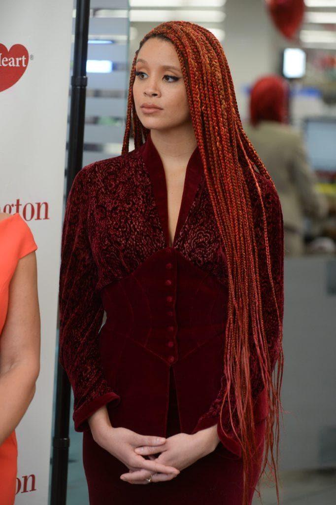 Mujer de cabello extremadamente largo, colorado, peinado con trenzas muy finitas