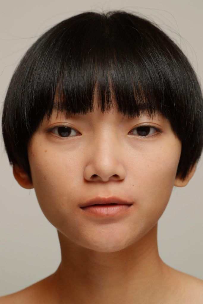 mujer con pelo corto