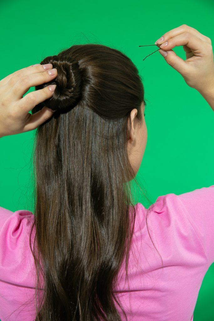 chica de espaldas de pelo largo con rodete