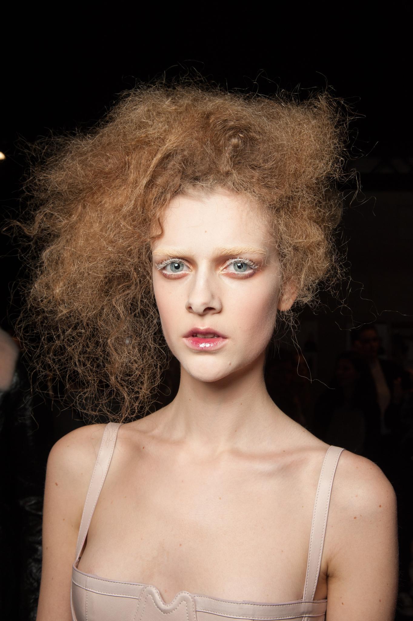 mujer con pelo batido de costado