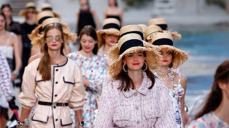 mujeres con sombreros de paja
