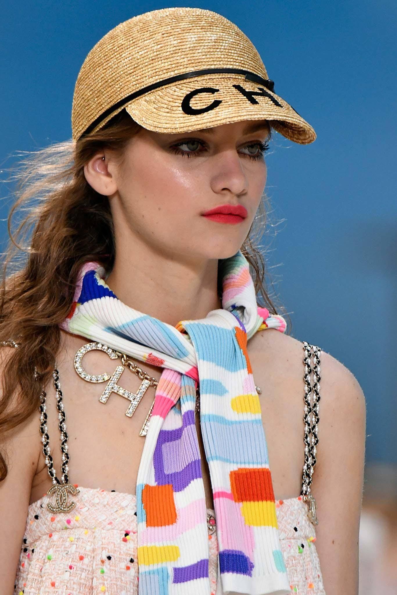 Mujer usando gorra de paja