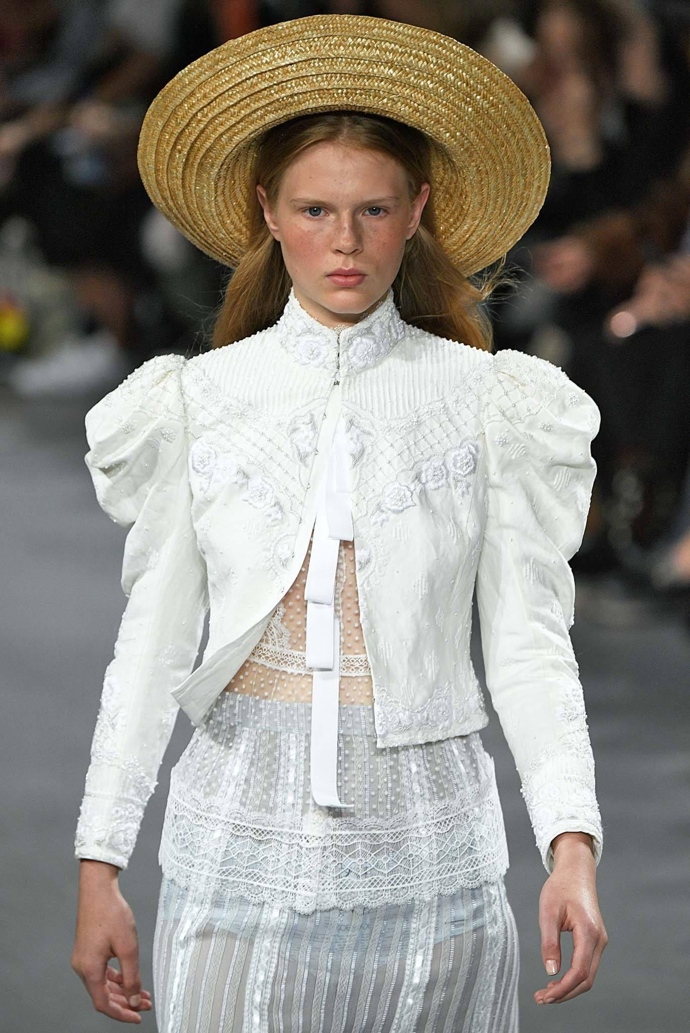 Modelo con sombrero de paja