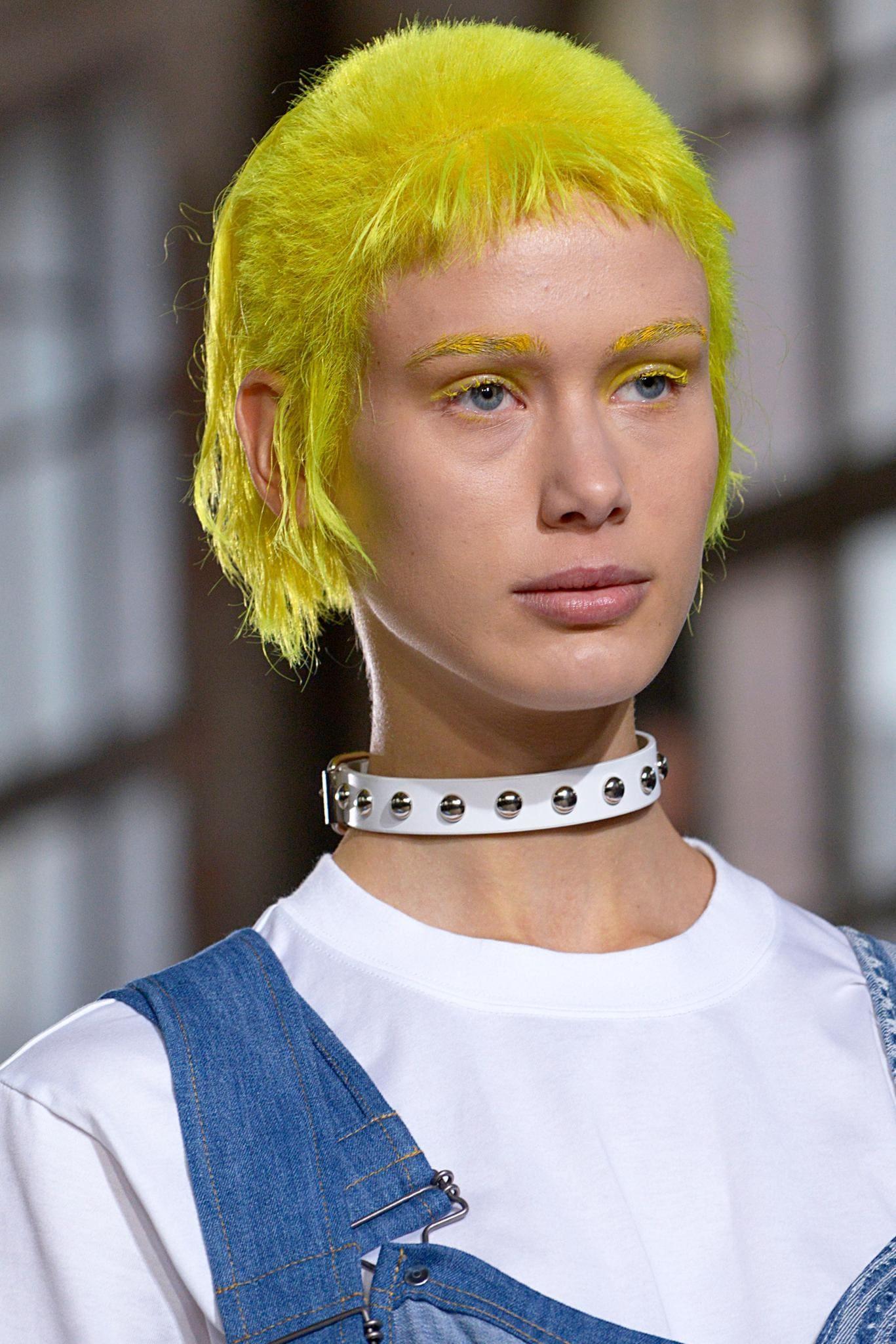 chica con pelo rapado y largo amarillo