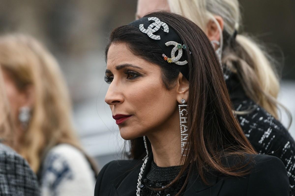 Mujer con pelo lacio negro y vincha