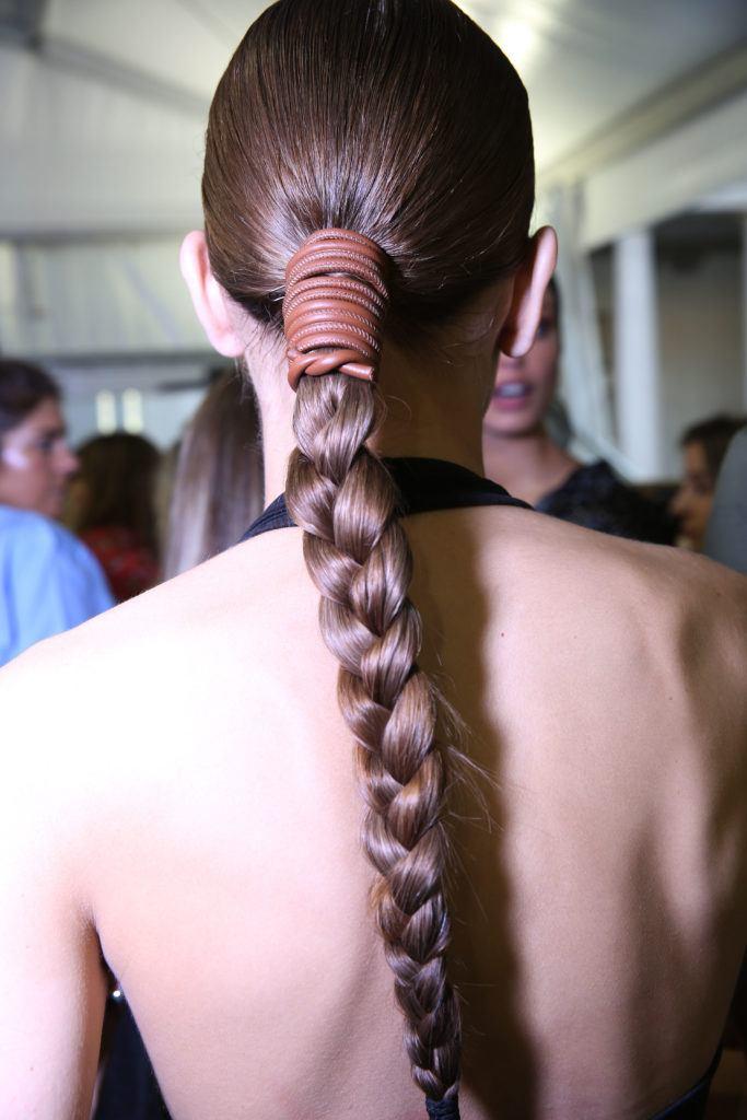 Peinado de trenza con cuero