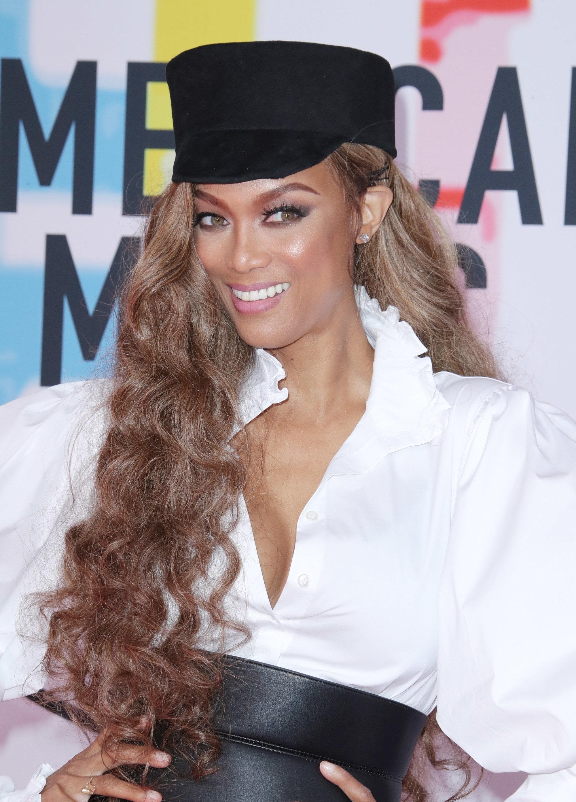 Tyra Banks en los AMAs con sombrero y pelo largo con rulos