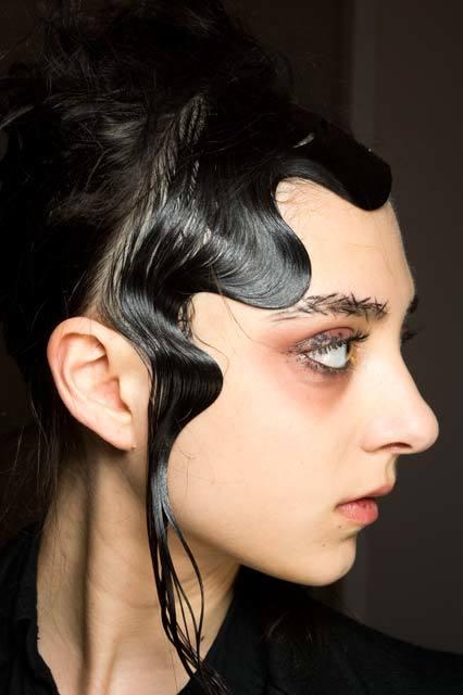 chica con ondas y pelo negro pegado