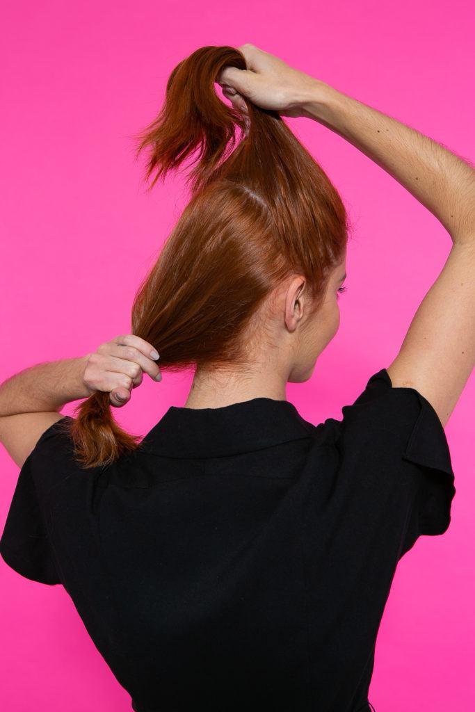 Chica sujetando dos mechones de pelo