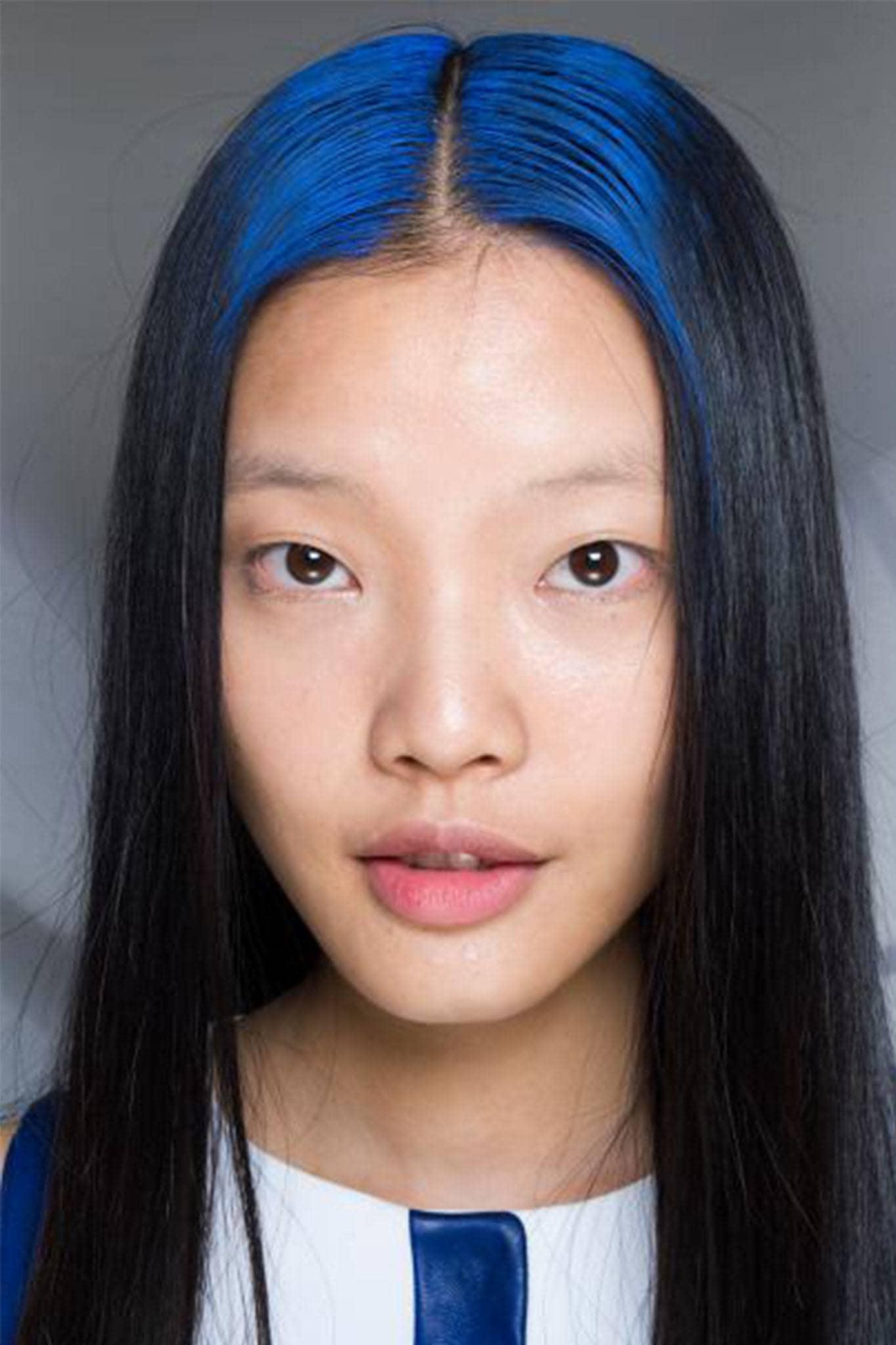 mujer con raíces azules
