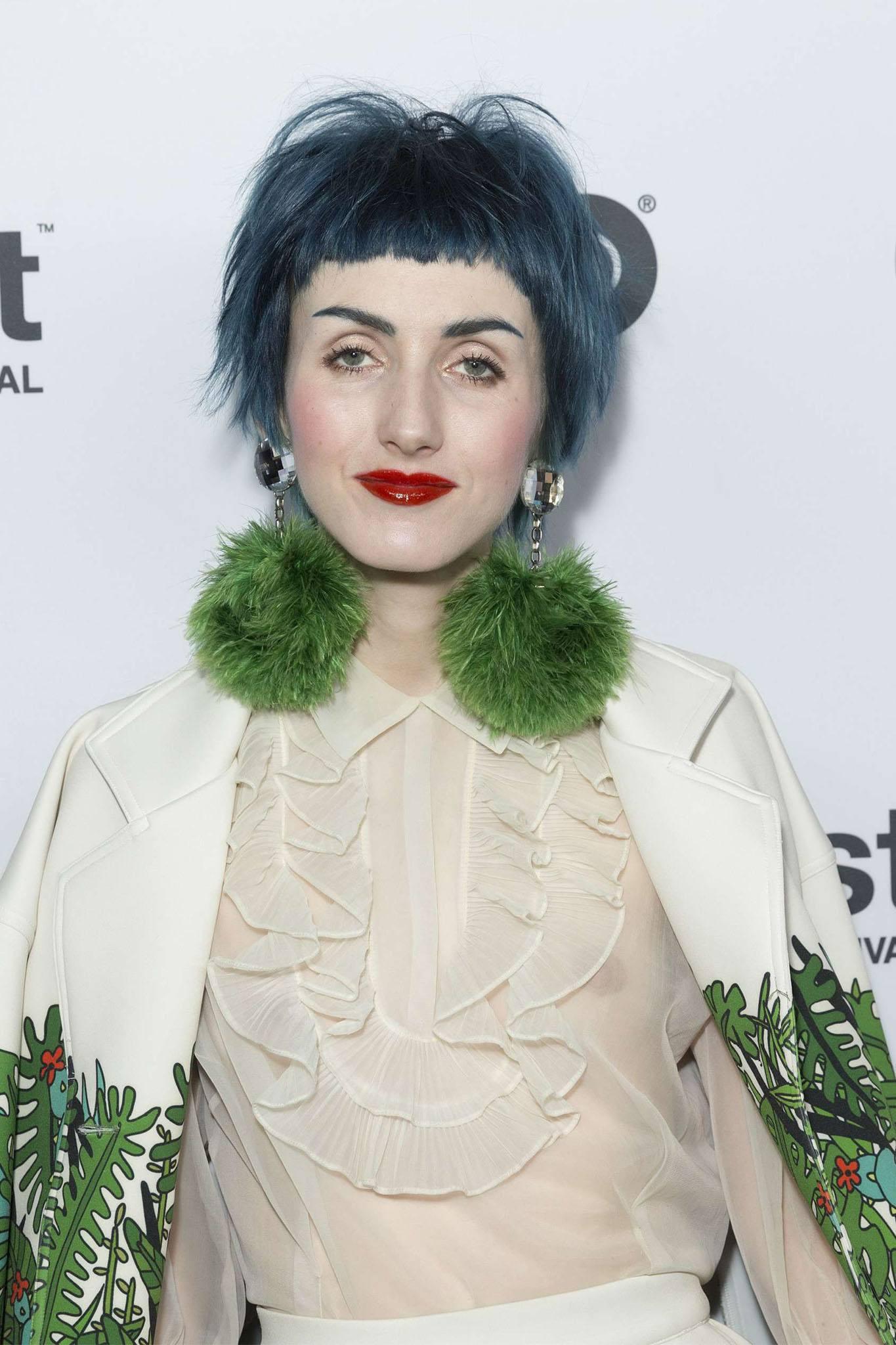 mujer con corte pixie azul