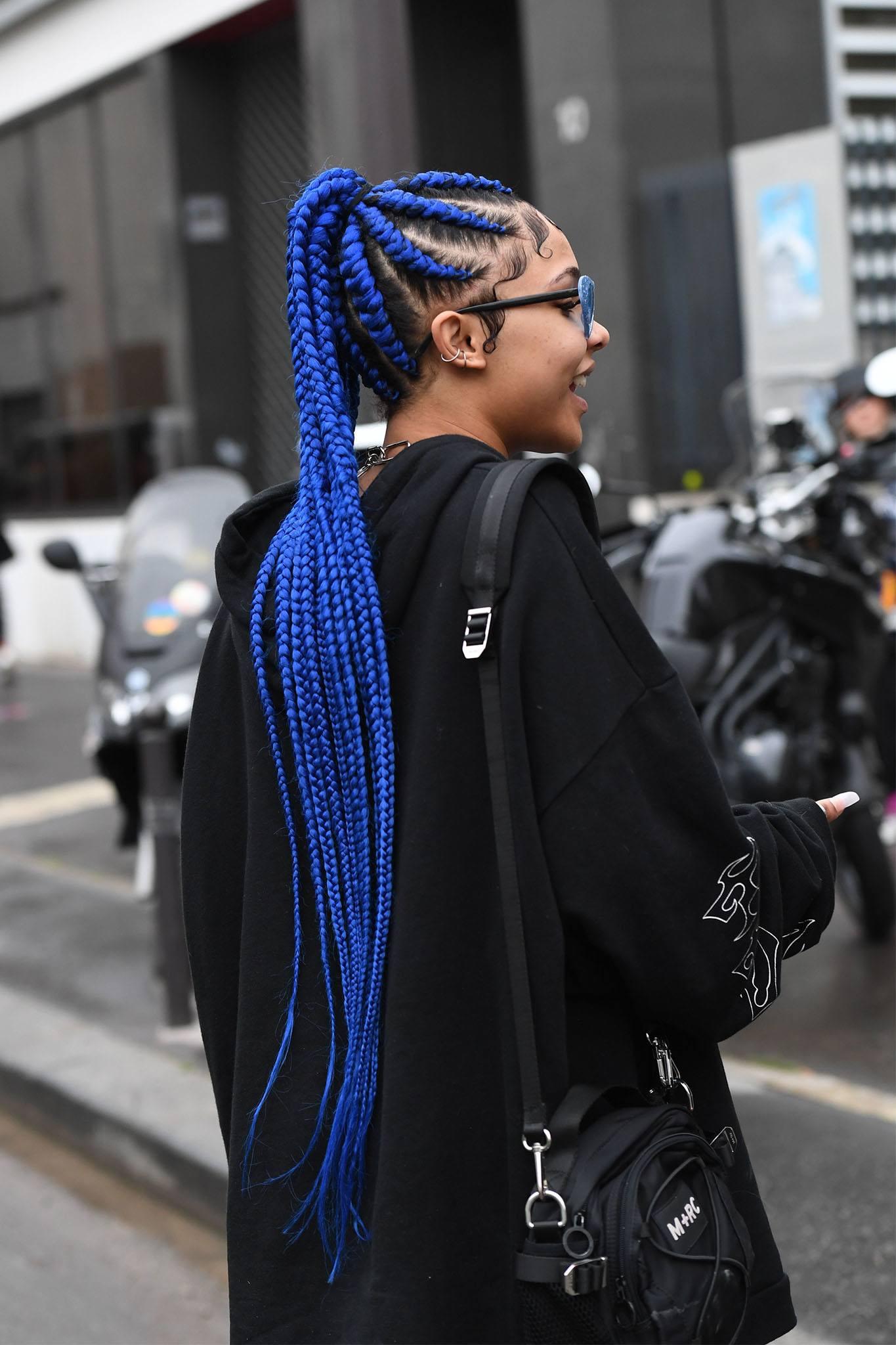 mujer con trenzas africanas azules