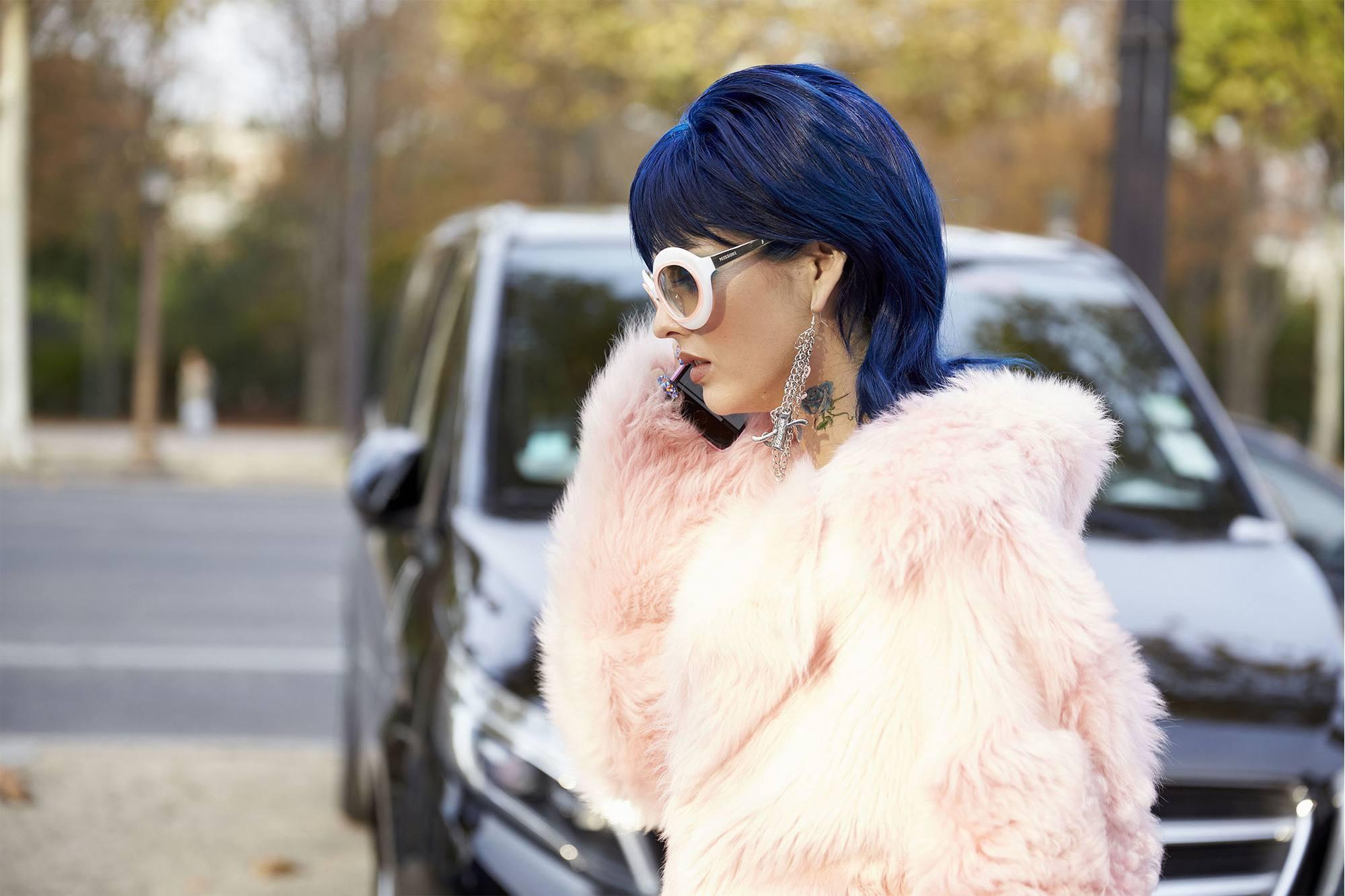 mujer con pelo azul