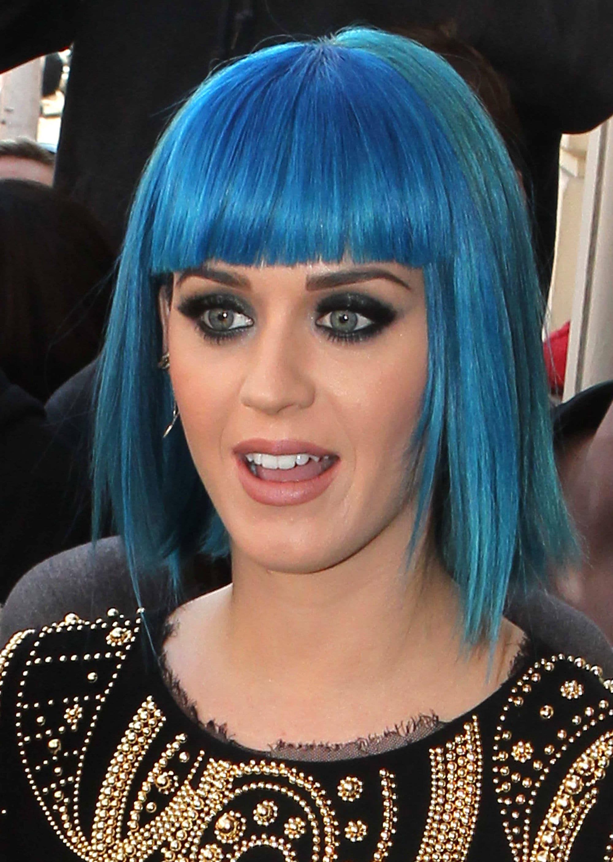 Katy Perry con bob azul y flequillo