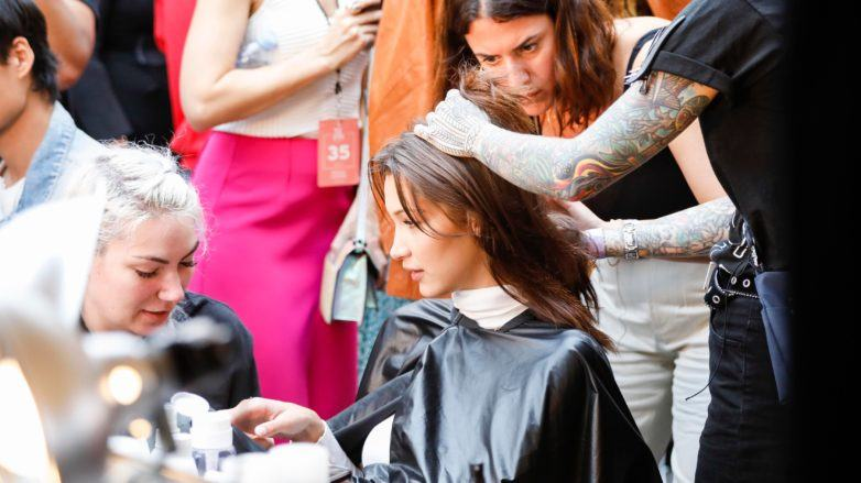 modelo de pelo castaño en backstage de desfile