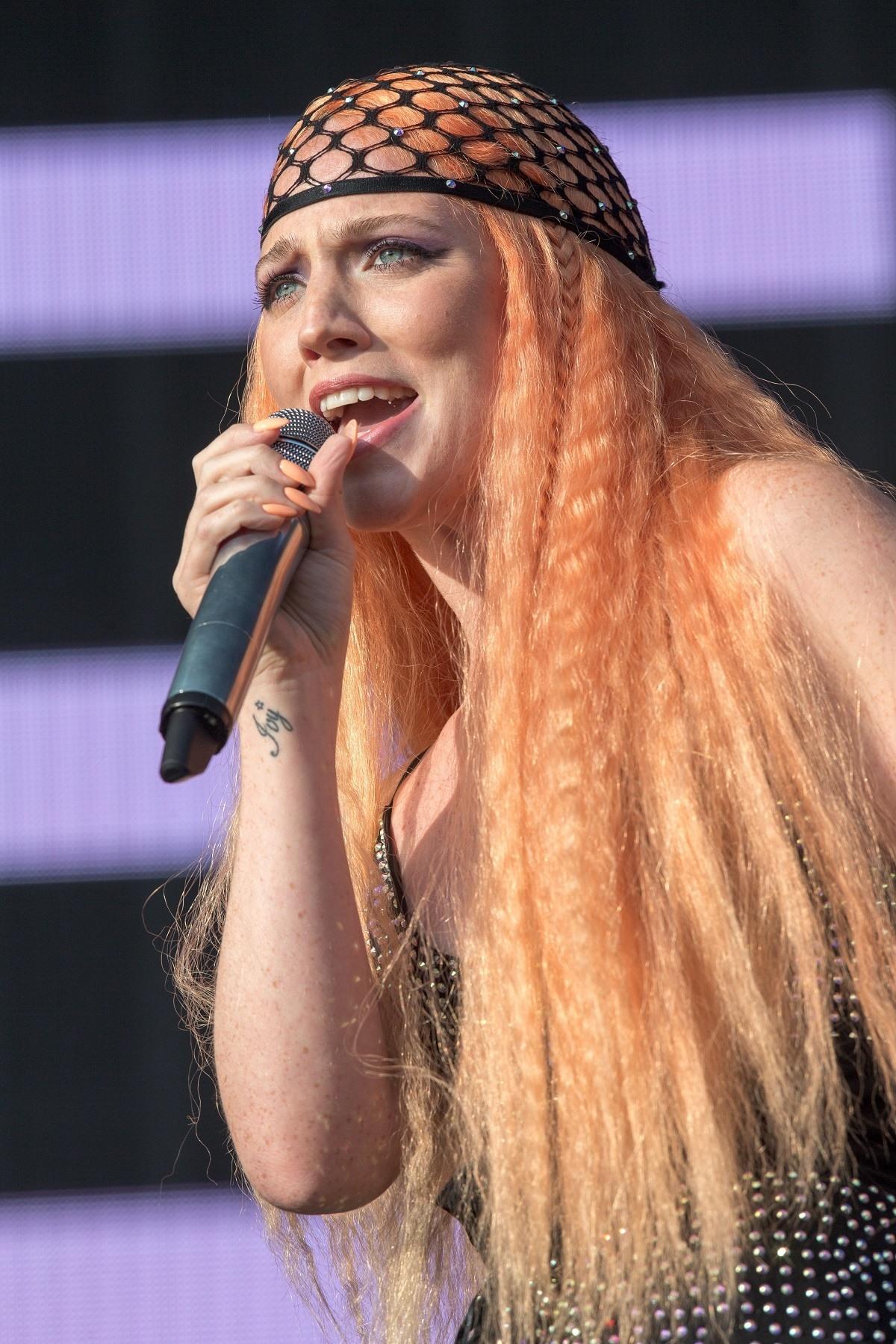Mujer con pelo frisado largo color melocotón y redecilla en la cabeza