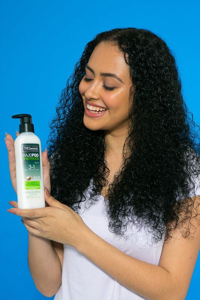 mujer morena con el cabello largo y rizado