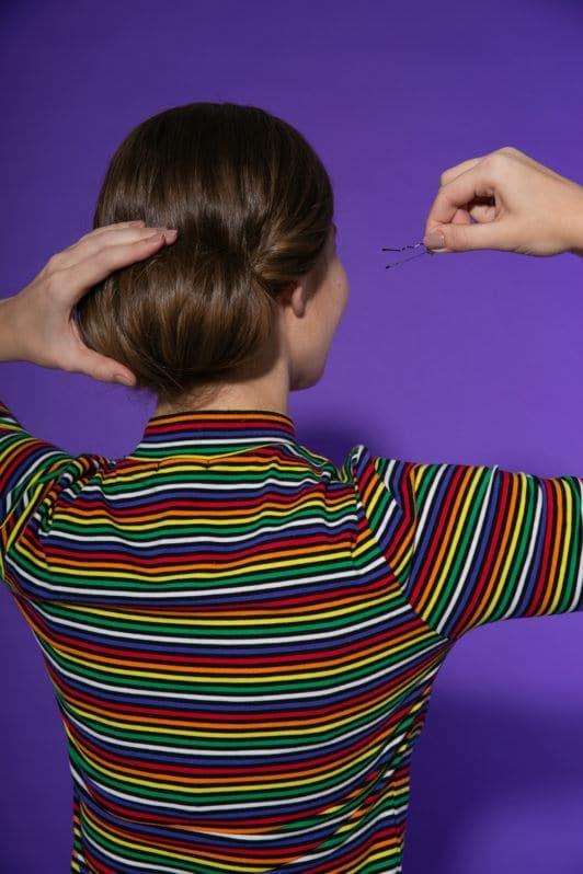 mujer cabello largo gastaño rodete de adentro hacia afuera