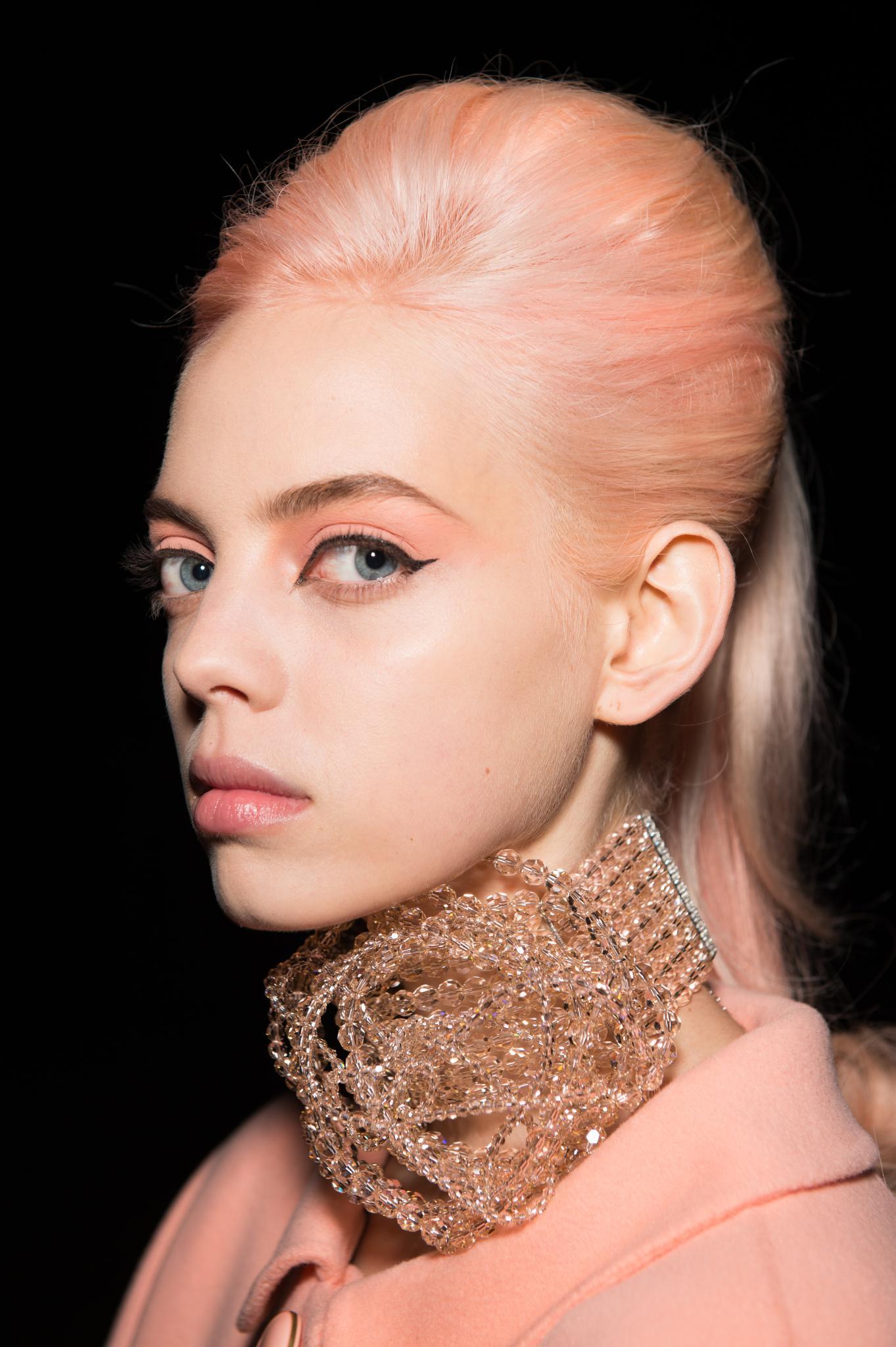 Modelo con pelo color melocotón y peinado batido