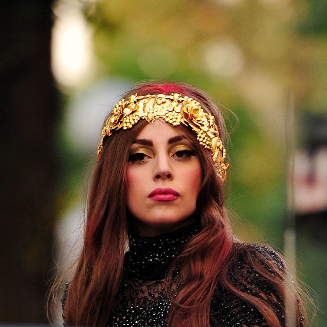Lady Gaga con vincha dorada