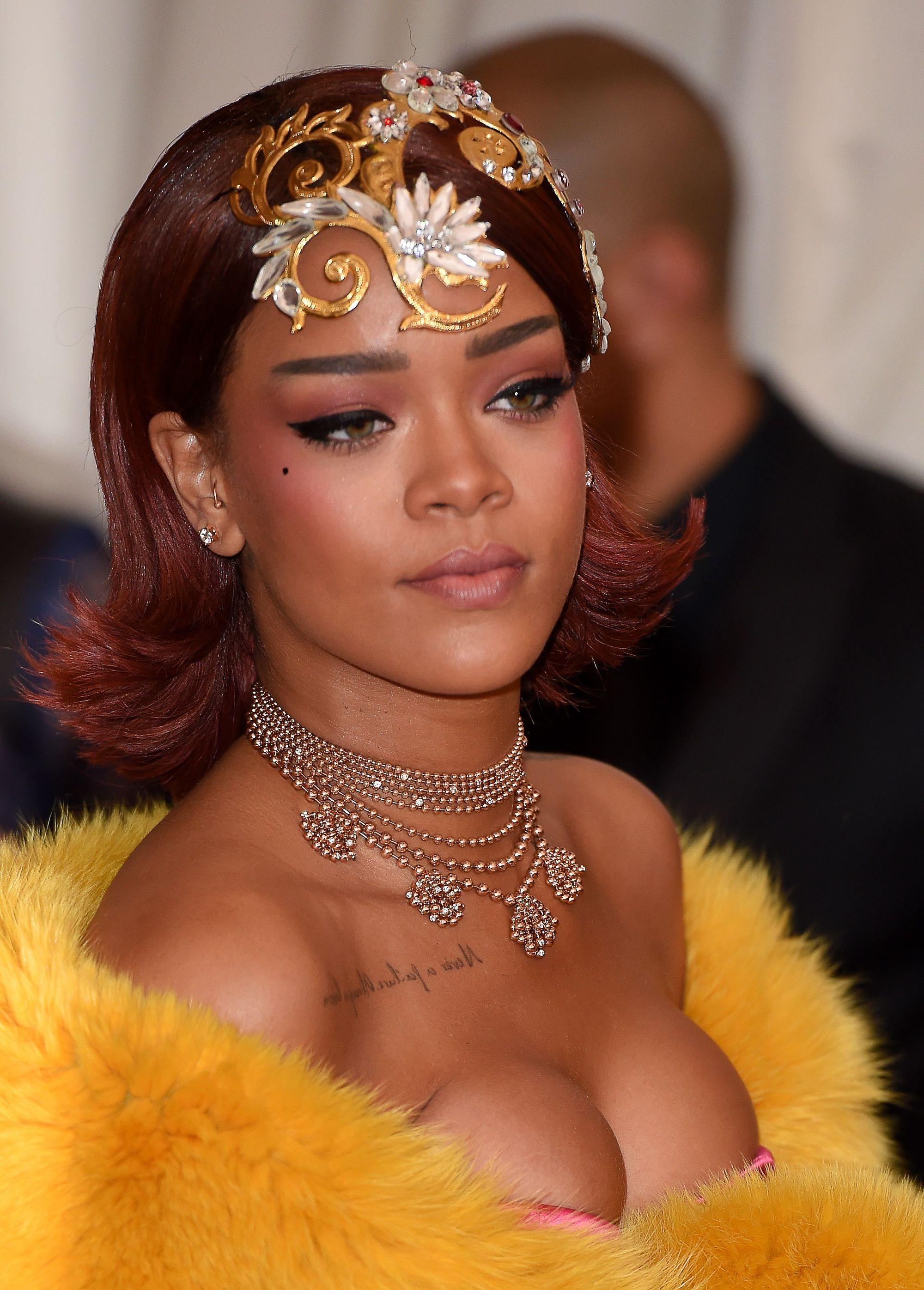 Rihanna con corte bob y incha de flor