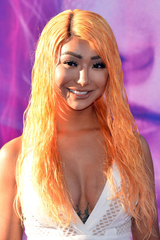Chica oriental con pelo color melocotón