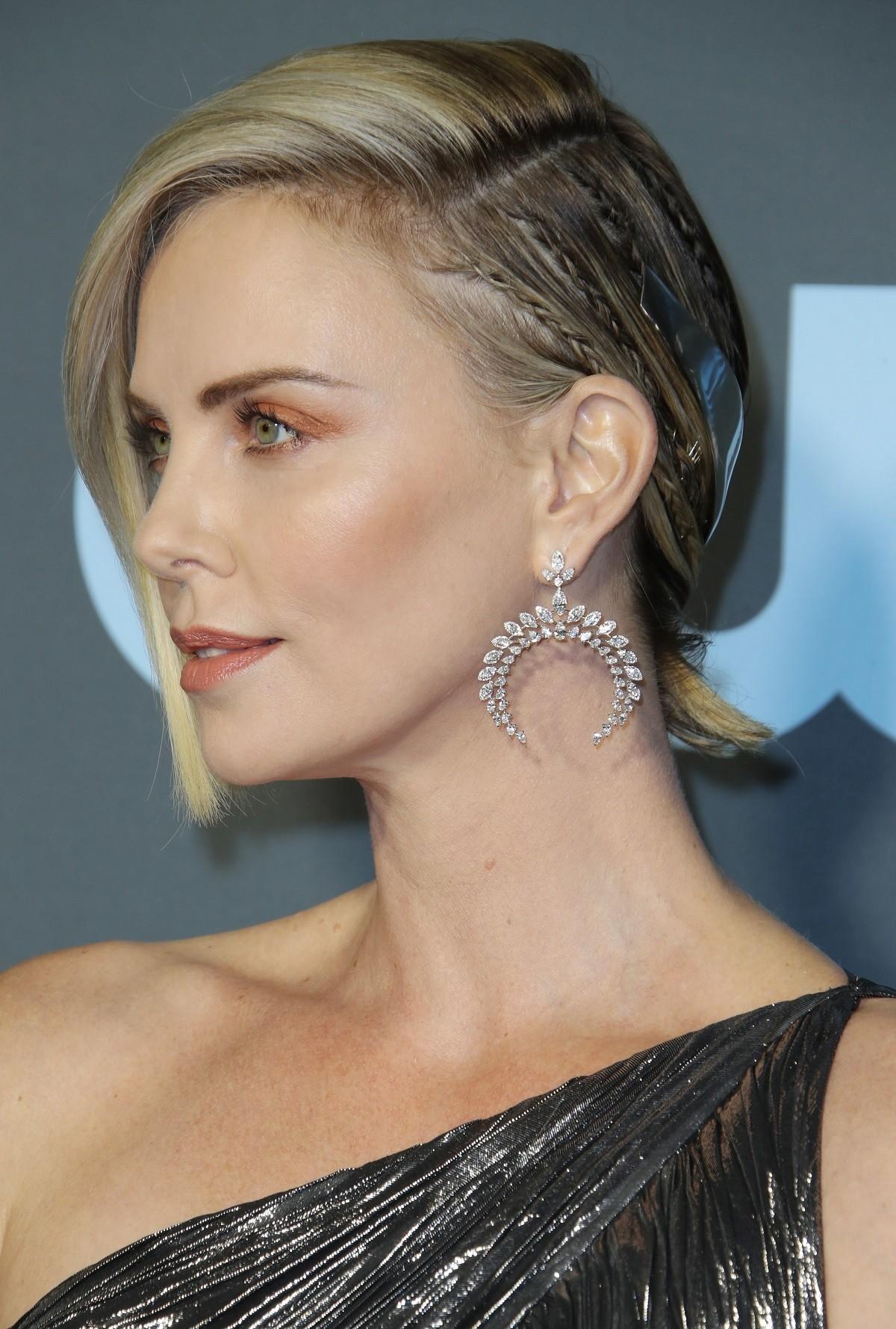 Charlize Theron con semirrecogido y accesorios