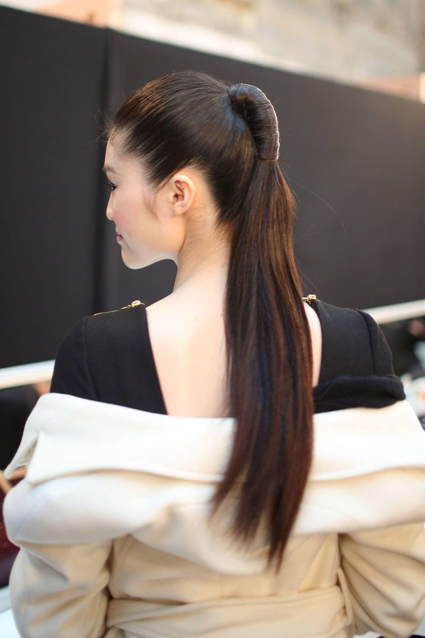 modelo de pelo largo con cola de caballo alta envuelta