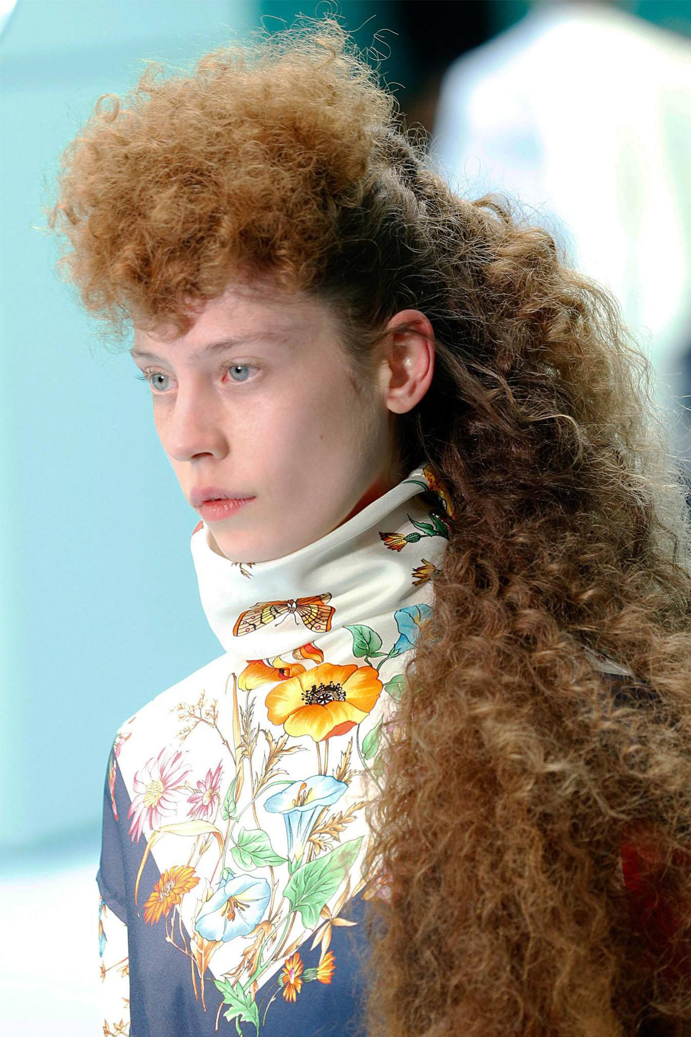 mujer con pelo largo con rulos